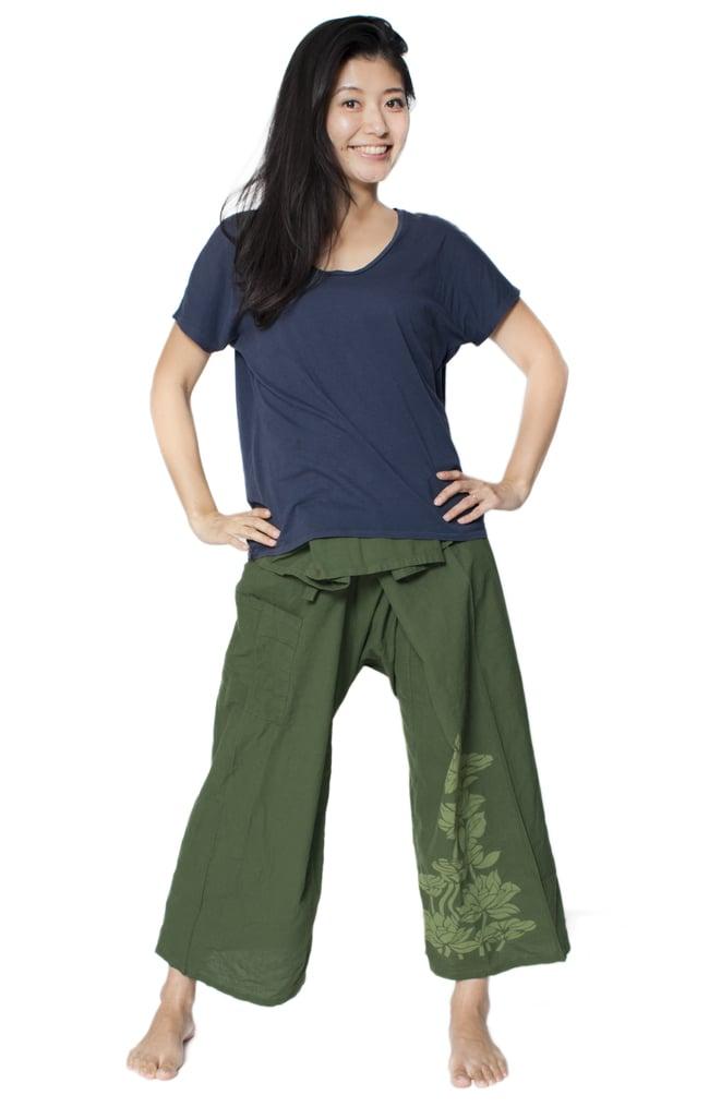 シンプルコットンタイパンツ 【濃緑 - ハスの模様入り】の写真4 - 男女兼用でお楽しみいただけます。
