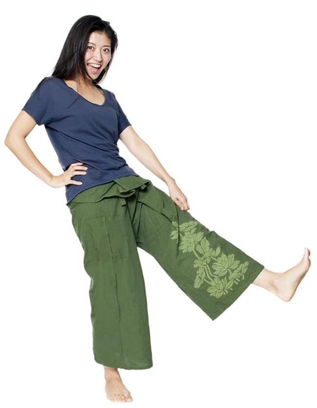 シンプルコットンタイパンツ 【濃緑 - ハスの模様入り】の写真