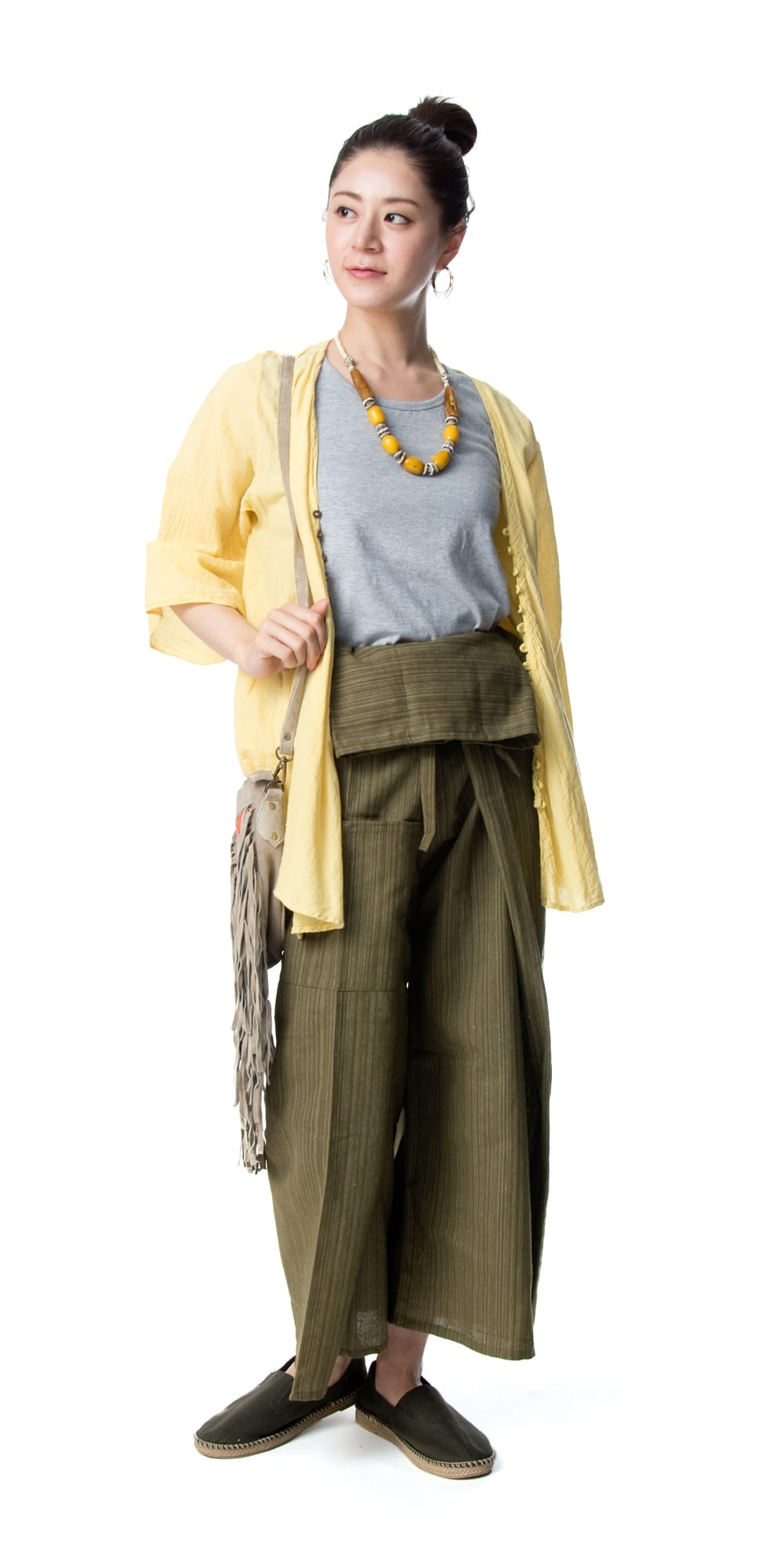 ストライプ織りのコットンタイパンツ 2 - 身長165cmのモデルさん着用例です。選択1のカーキを着用しています。