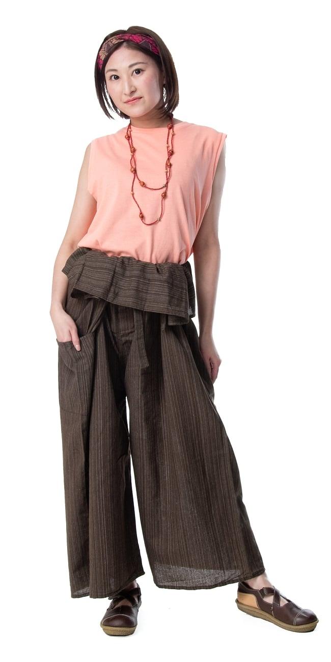 ストライプ織りのコットンタイパンツ 8 - 身長159cmのモデルさん着用例です。選択20のダークブラウンを着用しています。