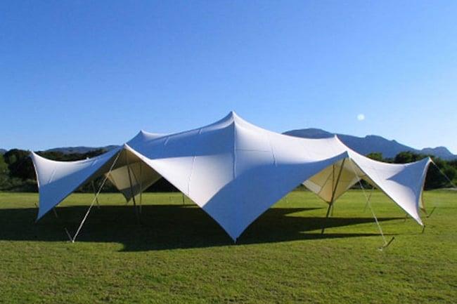ストレッチテント 野外フェス イベント タープ【8m x 6m】【納期45日】 12 - 海外の人が建てた12m x 12m程度のストレッチテントです。この様にツンとしたとんがりが出るのはポリウレタン樹脂素材のテントです。