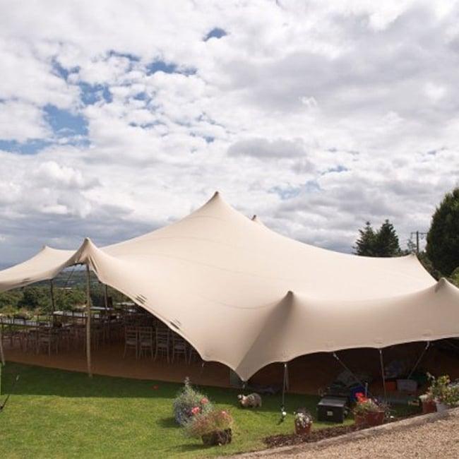 ストレッチテント 野外フェス イベント タープ【8m x 6m】【納期45日】 13 - 海外の人が建てた20m x 20m程度のストレッチテントです。この様にツンとしたとんがりが出るのはポリウレタン樹脂素材のテントです。