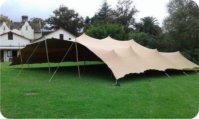ストレッチテント 野外フェス イベント タープ【8m x 6m】【納期45日】 14 - 海外の人が建てた15m x15m程度のストレッチテントです。この様にツンとしたとんがりが出るのはポリウレタン樹脂素材のテントです。