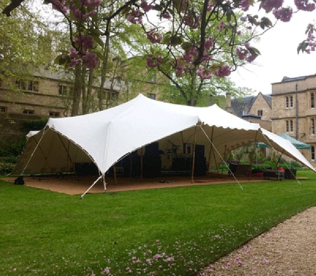 ストレッチテント 野外フェス イベント タープ【8m x 6m】【納期45日】 15 - 海外の人が建てた12m x12m程度のストレッチテントです。PVC素材のテントはあまりツンとしたとんがりが出ません。