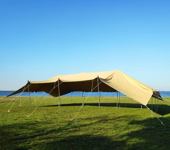 ストレッチテント 野外フェス イベント タープ【15m x 8m】【納期45日】 4 - 10m x 10mサイズのストレッチテントを立てている所。