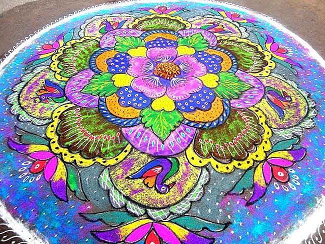 コーラムプレート 植木鉢 4 - これが本場のコーラムです、ランゴリとも言われています。粉で描いているとは思えないほど美麗ですね。