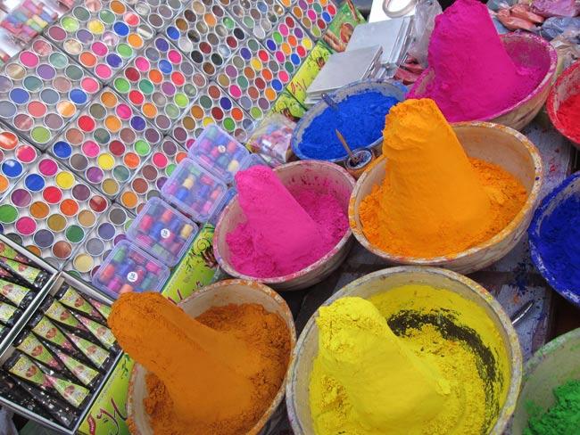 ホーリーの色粉12色セット[ボトル入り各40g] 4 - 現地インドではこのようにして売っています