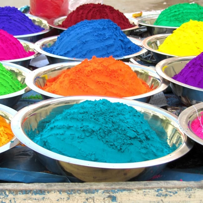 ホーリーの色粉15色セット[ボトル入り各 約20g] 6 - 現地インドではこのようにして売っています