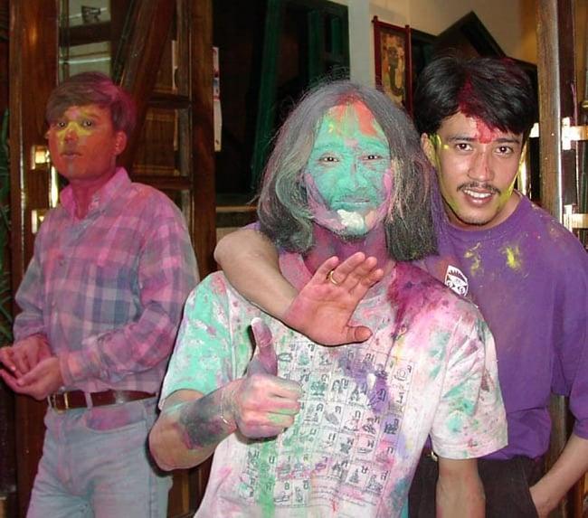 ホーリーの色粉15色セット[ボトル入り各 約20g] 7 - ティラキタ買付け班がインド人の魔の手にかかった所…ホーリーは楽しいけど怖いお祭りでもあります