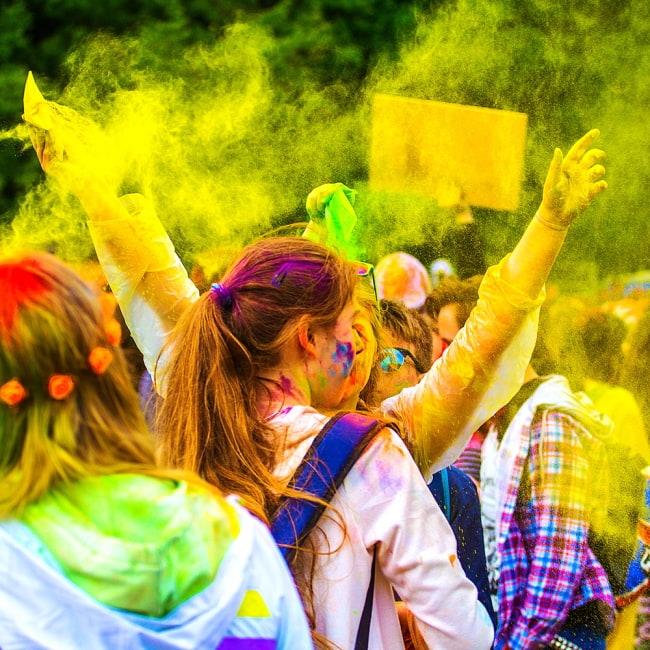 ホーリーの色粉 100gパック - パープル 8 - カラフルな色粉が舞っているのはとても綺麗なので、最近は音楽フェスなどでも使われています。