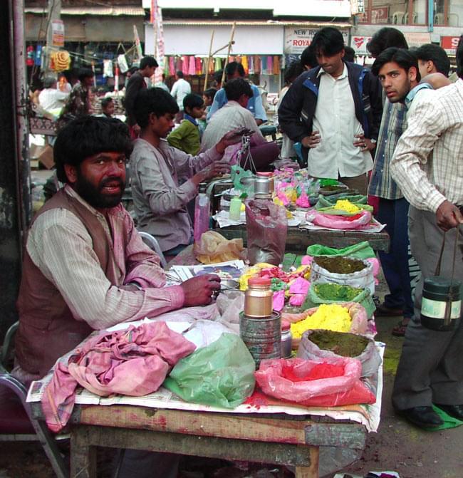 ホーリーの色粉 お買い得10パックセット【合計1Kg】の写真4 - インドではこのように売られています