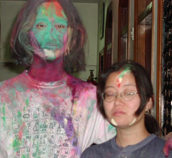 ホーリーの色粉 お買い得10パックセット【合計1Kg】の写真5 - デリーでホーリーの日に出歩いたインドパパ…地球人の色をしているところはありません