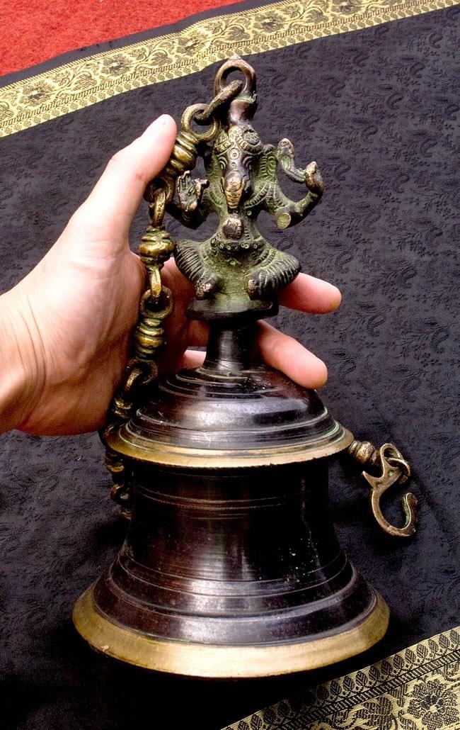 寺院の鐘 - ガネーシャ【一点もの】の写真7 - 男性スタッフが手に取ってみました。