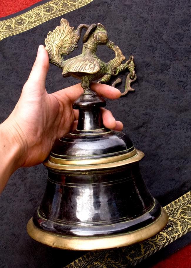 寺院の鐘 - 孔雀【一点もの】の写真7 - 男性スタッフが手に取ってみました。