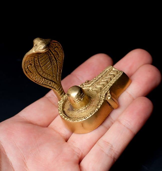 聖なる蛇ナーガ付きリンガとヨニ 5 - どちらにも置きやすいサイズ感です