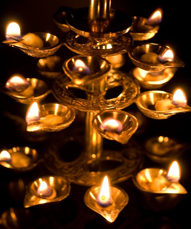 """儀式""""Aarti""""に用いられるオイルランプ 7段【45cm】 10 - 実際に火を灯してみました。幻想的なゆらめきがあります"""