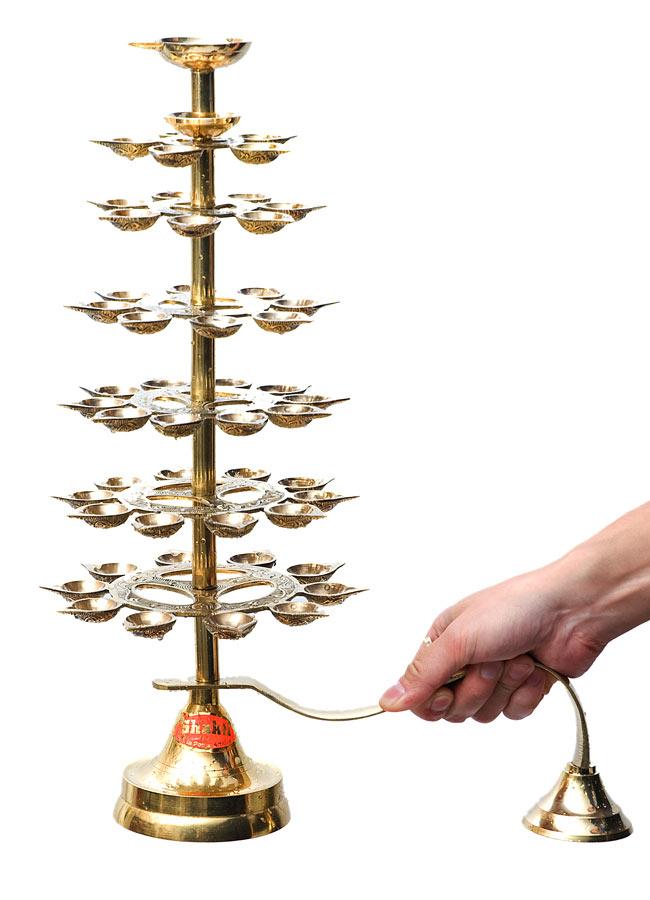 """儀式""""Aarti""""に用いられるオイルランプ 7段【45cm】 11 - 男性スタッフが持ち手を掴むとこのような大きさです。"""
