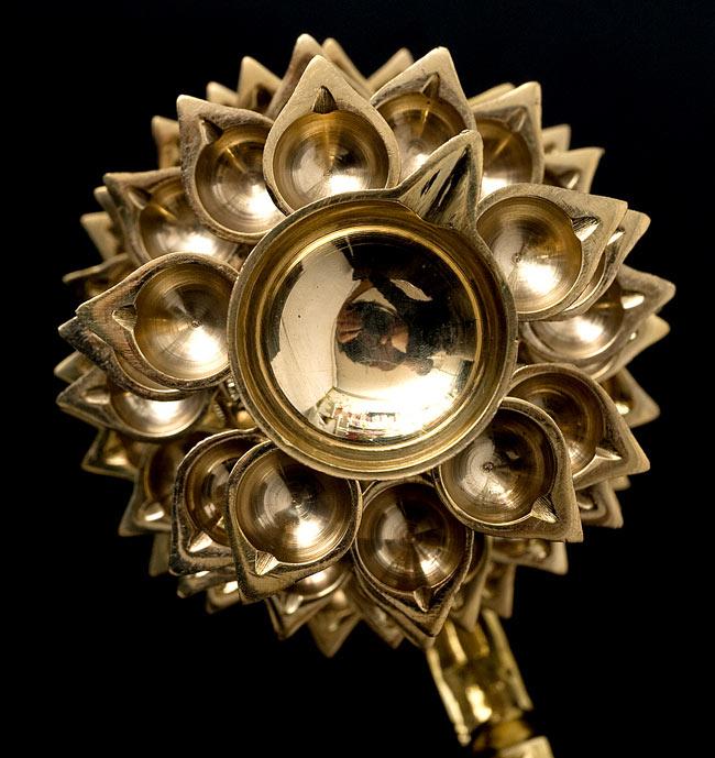 """儀式""""Aarti""""に用いられるオイルランプ 7段【45cm】 2 - 真上から見ると、無数の花弁が咲き乱れているような姿になっています。"""