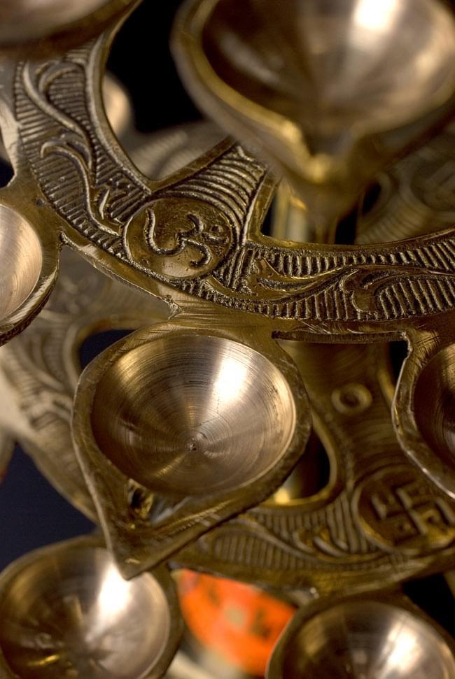 """儀式""""Aarti""""に用いられるオイルランプ 7段【45cm】 5 - 花びらのそれぞれは彫琢の施された輪に繋がっています"""