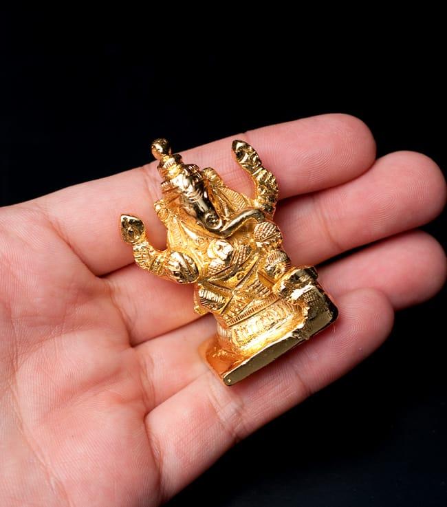 輝くゴールデンガネーシャ像【5cm】の写真5 - 色々なところに置いておけるサイズ。小さいけど存在感があります。