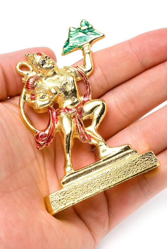 エナメル細工の金色ハヌマーン像(8cm)の写真5 - 手に乗せるとこれくらいのサイズです。