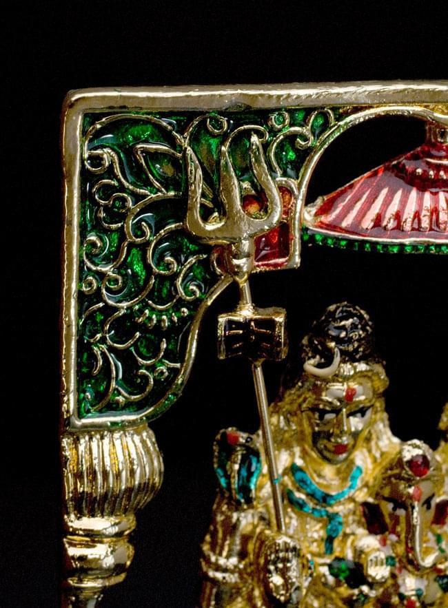 エナメル細工の金色シヴァ・パールヴァティー・ガネーシャ像(11cm)の写真3 - 左上を見ると緑の柱頭とシヴァの槍