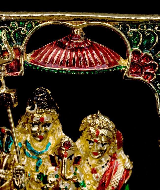 エナメル細工の金色シヴァ・パールヴァティー・ガネーシャ像(11cm)の写真4 - 三柱の上には紅い天蓋