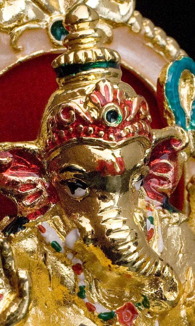エナメル細工の金色ガネーシャ像(7cm)の写真2 - 顔を近くから見ました