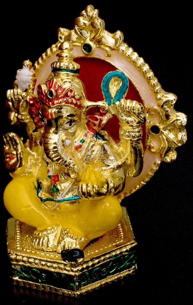 エナメル細工の金色ガネーシャ像(7cm)の写真3 - 左から見てみました。右手には大好物のお菓子をしっかり持ってます