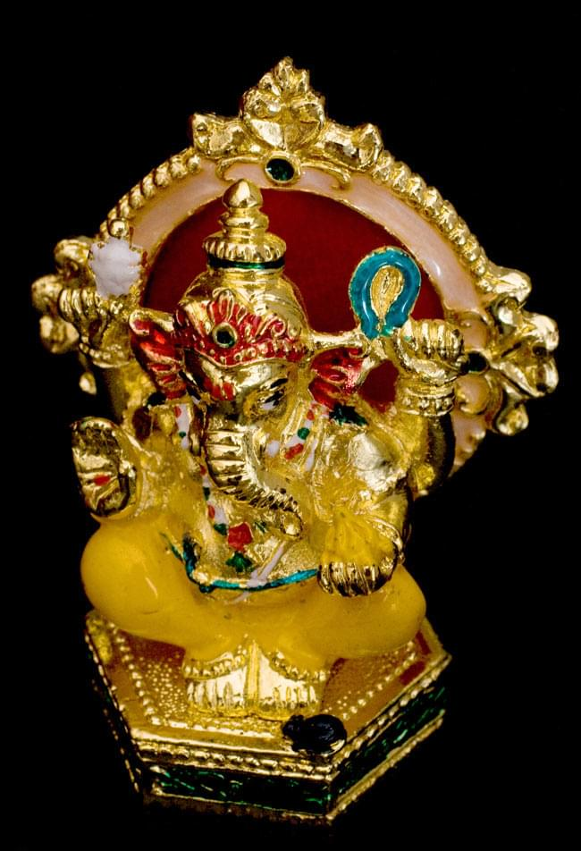 エナメル細工の金色ガネーシャ像(7cm)の写真5 - 背後には紅い玉座
