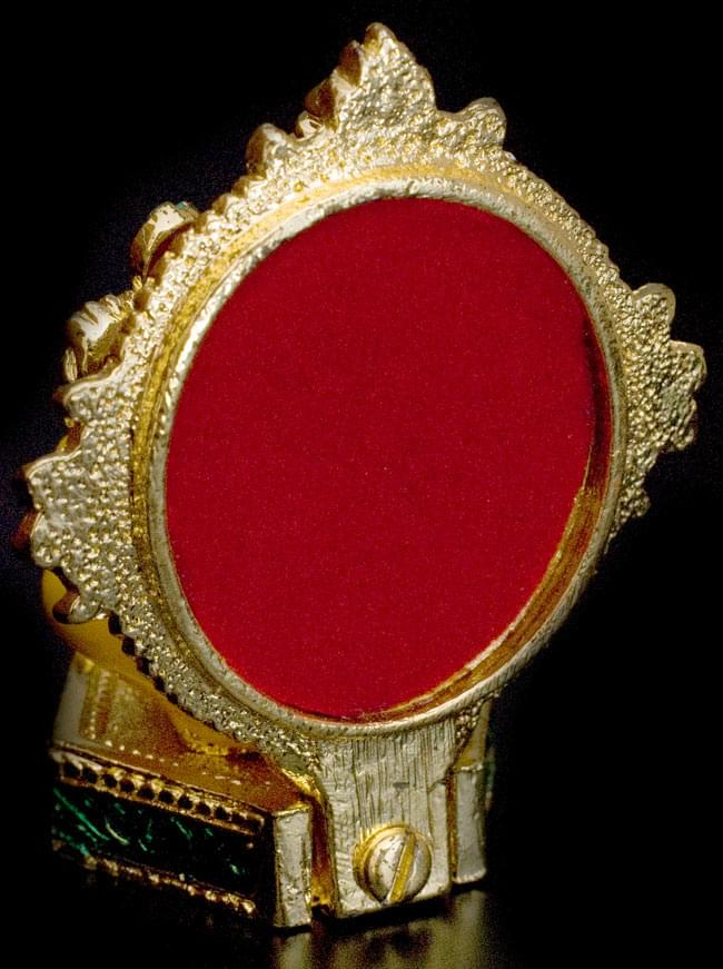 エナメル細工の金色ガネーシャ像(7cm)の写真6 - 後ろから見るとこのように玉座に隠れます。