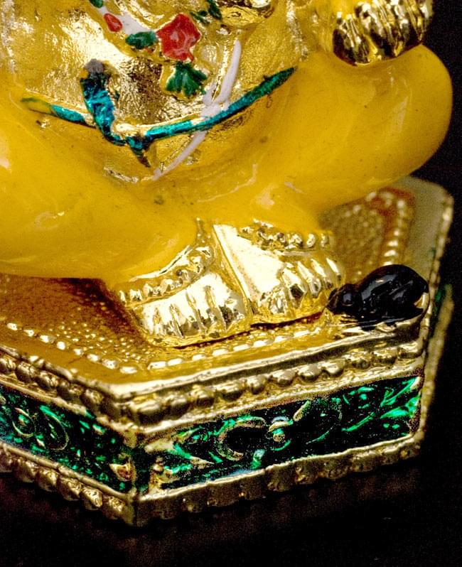 エナメル細工の金色ガネーシャ像(7cm)の写真7 - 台座の上、足元の黒はガネーシャの乗り物、ネズミです。細かところまで作りこまれていますね