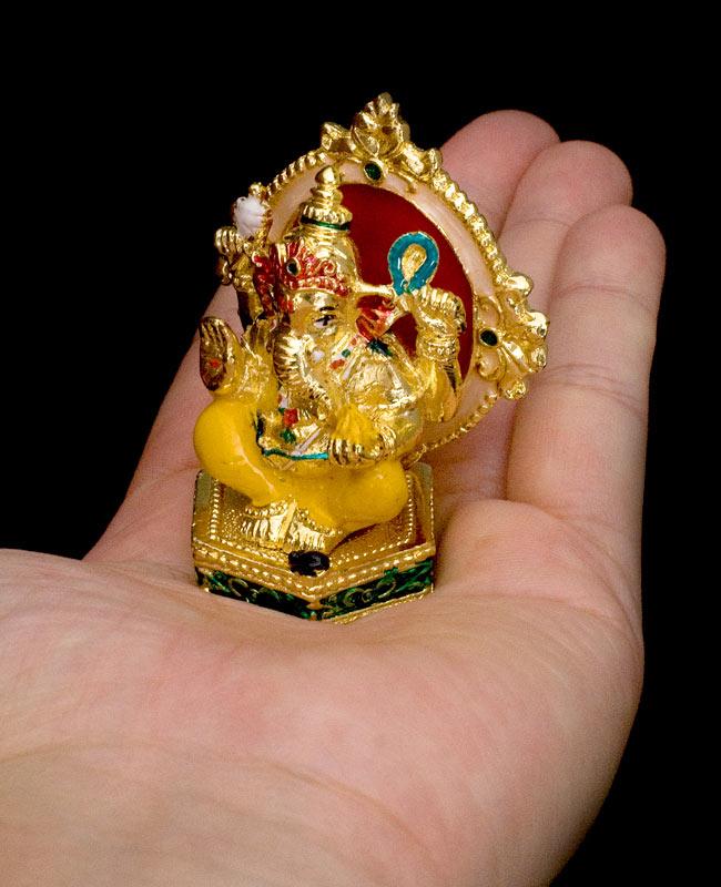エナメル細工の金色ガネーシャ像(7cm)の写真8 - 手に乗せるとこれくらいの大きさです