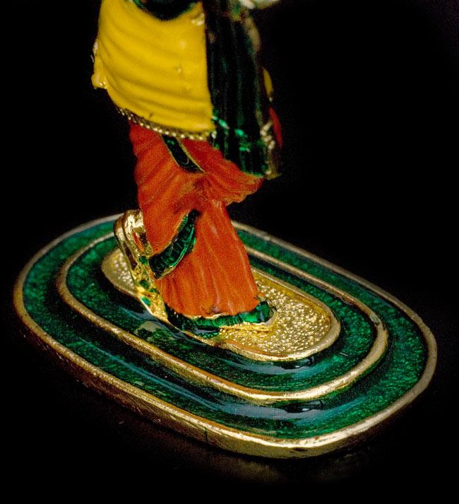 エナメル細工の金色クリシュナ像(8cm)の写真6 - 足元の台座はお洒落な緑色です