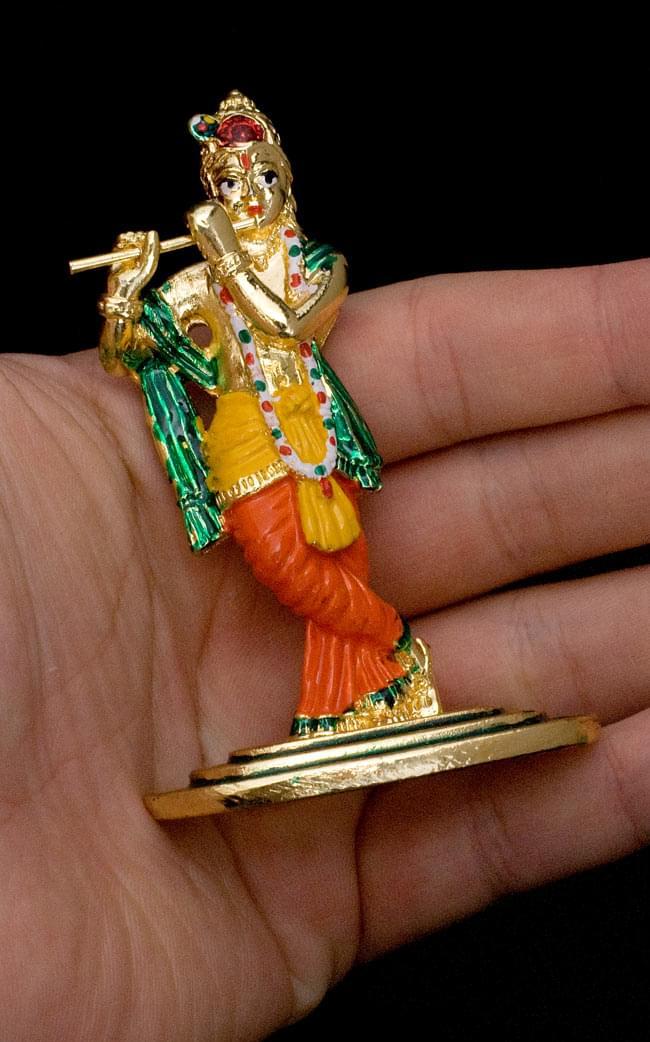 エナメル細工の金色クリシュナ像(8cm)の写真7 - 手に乗せるとこれくらいのサイズです