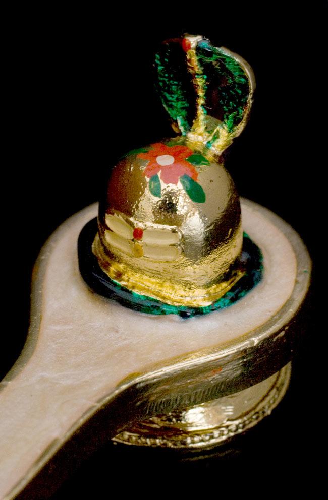 エナメル細工のナーガ・リンガ・ヨニ像(3cm)の写真3 - リンガに寄ってみました。頂きには花がらが描かれていますね。商品により多少デザインが異なる場合があります。