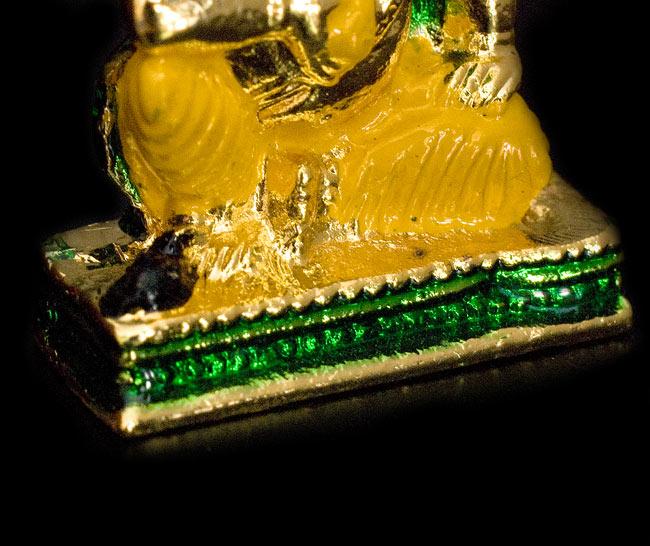 エナメル細工の金色ガネーシャ像(3cm)の写真4 - 足元の黒いでっぱりは製造ミスではなく、ガネーシャの乗り物、ネズミです
