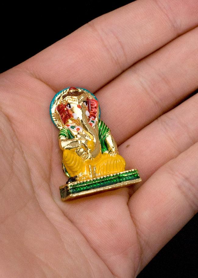 エナメル細工の金色ガネーシャ像(3cm)の写真6 - 手のひらにちょこんと乗る、かわいいサイズです