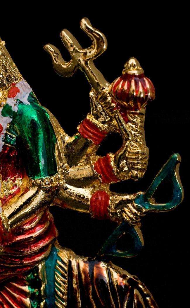 エナメル細工の金色ドゥルガー像(8cm)の写真3 - 手には無数の武器