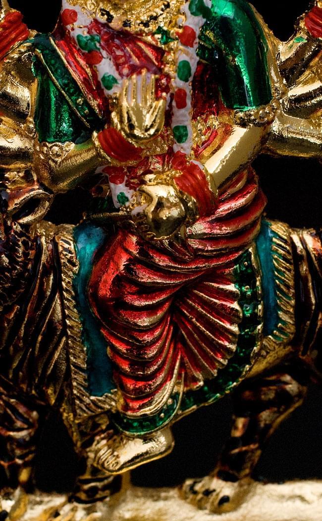 エナメル細工の金色ドゥルガー像(8cm)の写真4 - 足部です。細かなところまで細工や塗装が行き届いていますね。