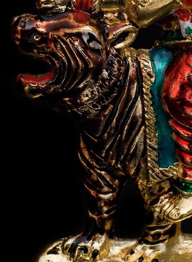 エナメル細工の金色ドゥルガー像(8cm)の写真5 - ドゥルガーは恐ろしい虎を乗り物として操ります