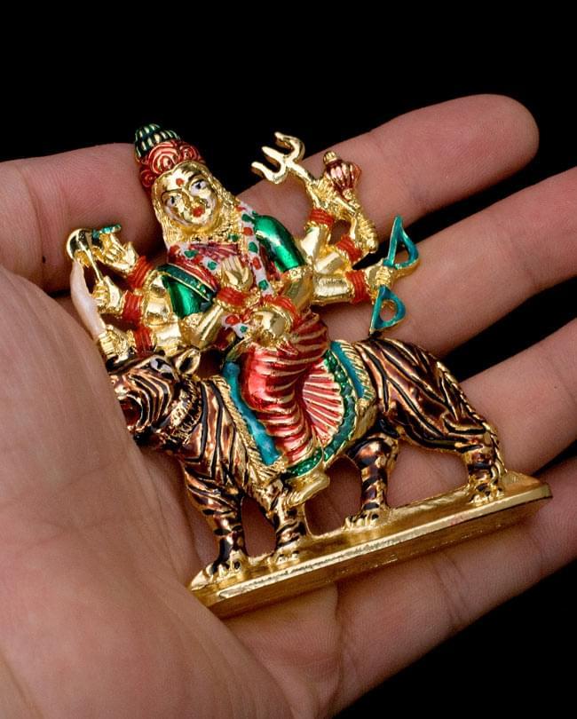エナメル細工の金色ドゥルガー像(8cm)の写真6 - 手のひらに乗せるとこれくらいの大きさです