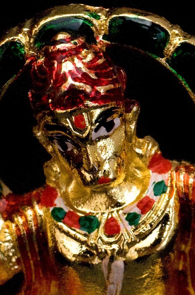 エナメル細工の金色ハヌマーン像(5cm)の写真4 - 顔を接写してみるとこのような表情をしています。胸元にも彩色がなされています