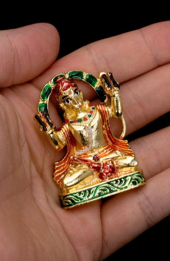 エナメル細工の金色ハヌマーン像(5cm)の写真6 - 手のひらにちょこんと乗る、かわいいサイズです