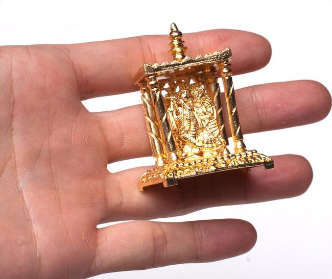 ゴールド・ミニ・ラダ・クリシュナ - 寺院タイプの写真5 - サイズ比較のために手に持ってみました