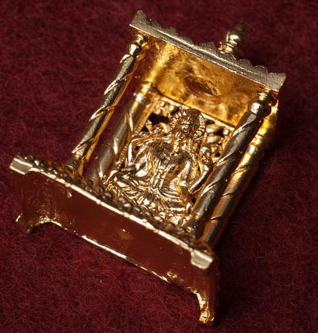 ゴールド・ミニ・ラクシュミー - 寺院タイプ 3 - 斜めしたから撮影しました