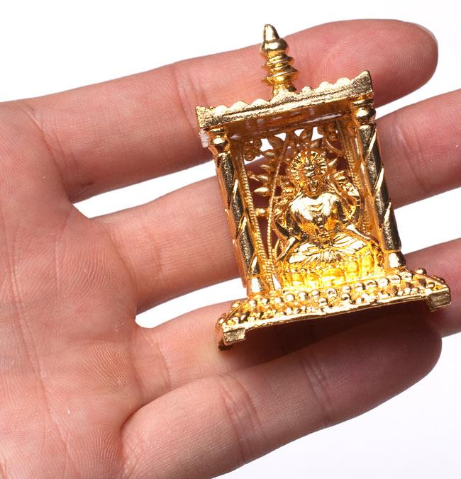 ゴールド・ミニ・ラクシュミー - 寺院タイプ 5 - サイズ比較のために手に持ってみました
