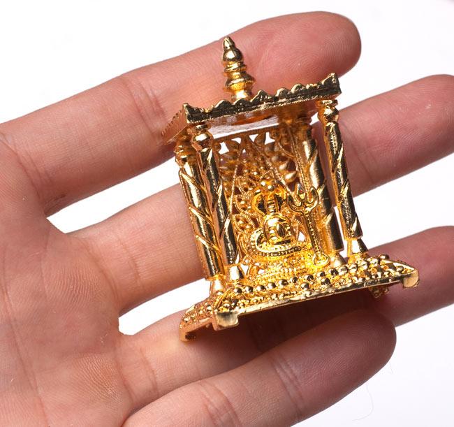 ゴールド・ミニ・シヴァ・リンガム - 寺院タイプの写真5 - サイズ比較のために手に持ってみました