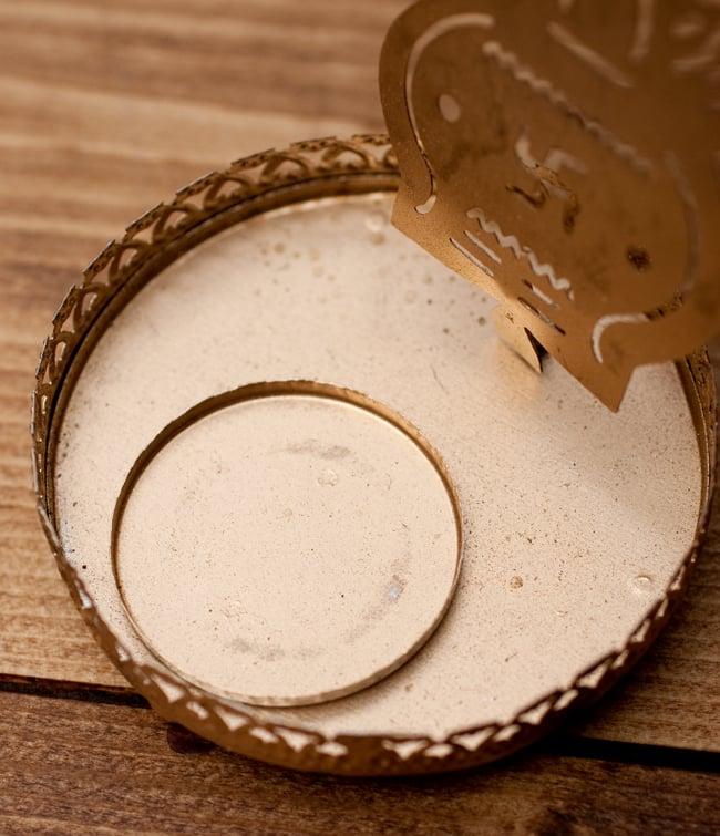 ティーライトキャンドルのシャドウランプ - カラシュの写真5 - 一般的な直径3.5cm程度のティーライトキャンドルがぴったり入るようになっています。