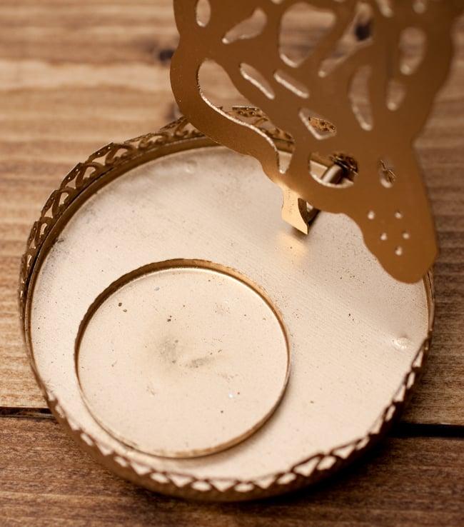 ティーライトキャンドルのシャドウランプ - サラスヴァティの写真5 - 一般的な直径3.5cm程度のティーライトキャンドルがぴったり入るようになっています。